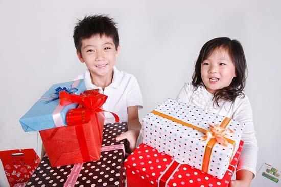 Cách tặng quà cho con hợp lí