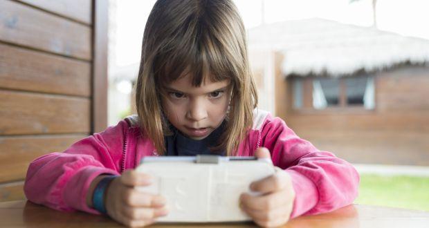 trẻ lạm dụng các thiết bị công nghệ