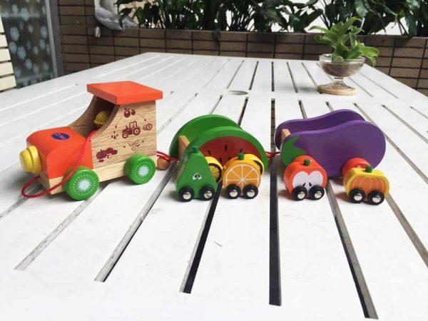 Xe lửa chở trái cây rau củ bằng gỗ