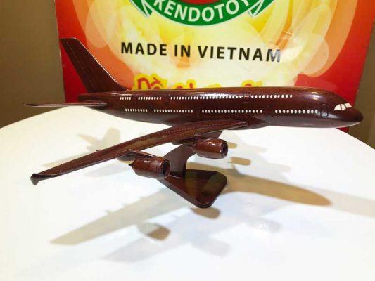 Máy bay chở khách bằng gỗ